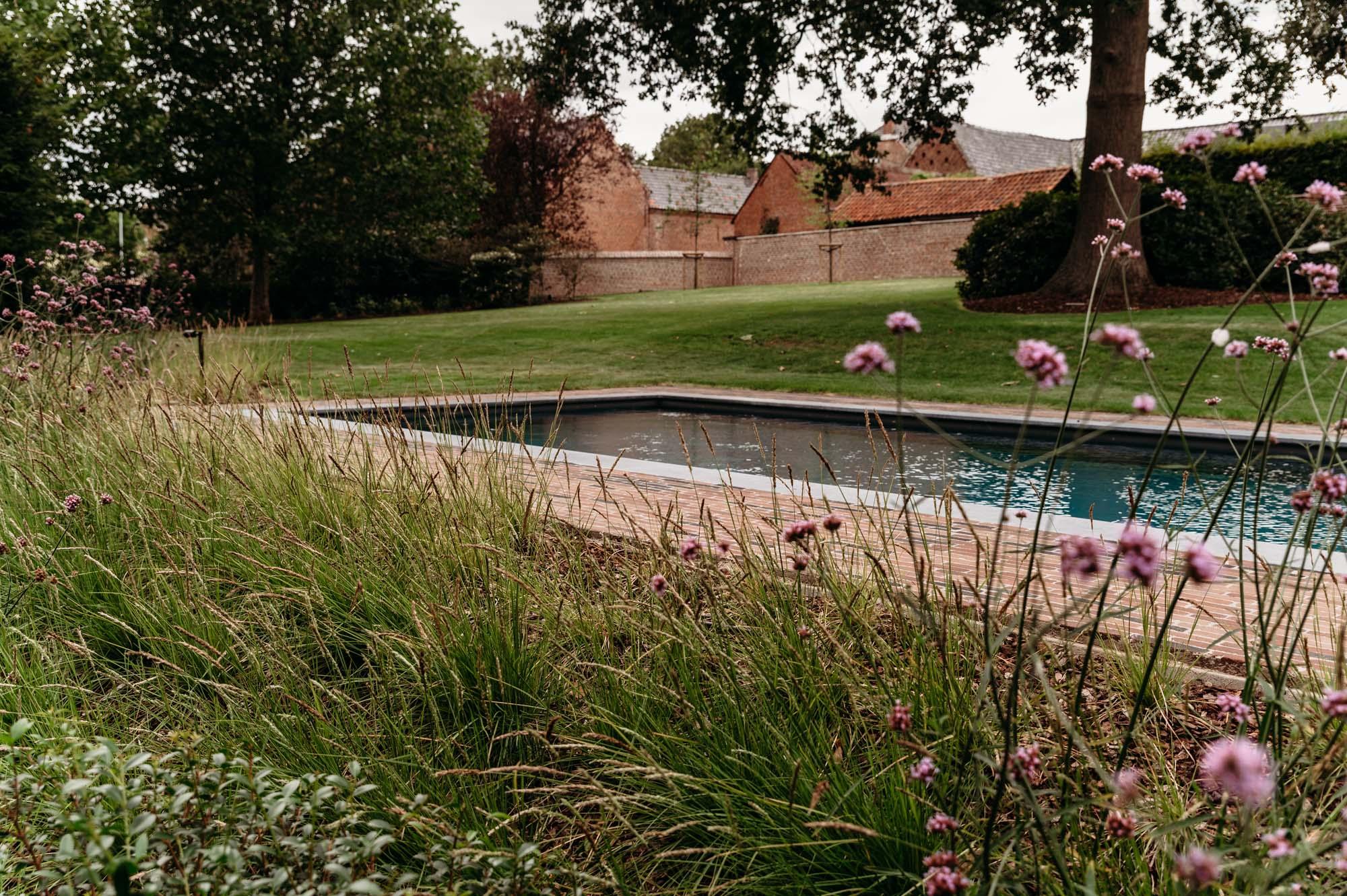 Ommuurde pastorijtuin met poolhouse in padouk en biozwembad