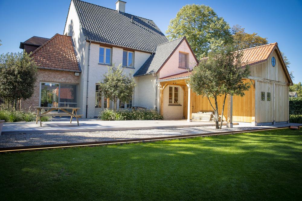 Landelijke tuin met biozwembad en eiken bijgebouw