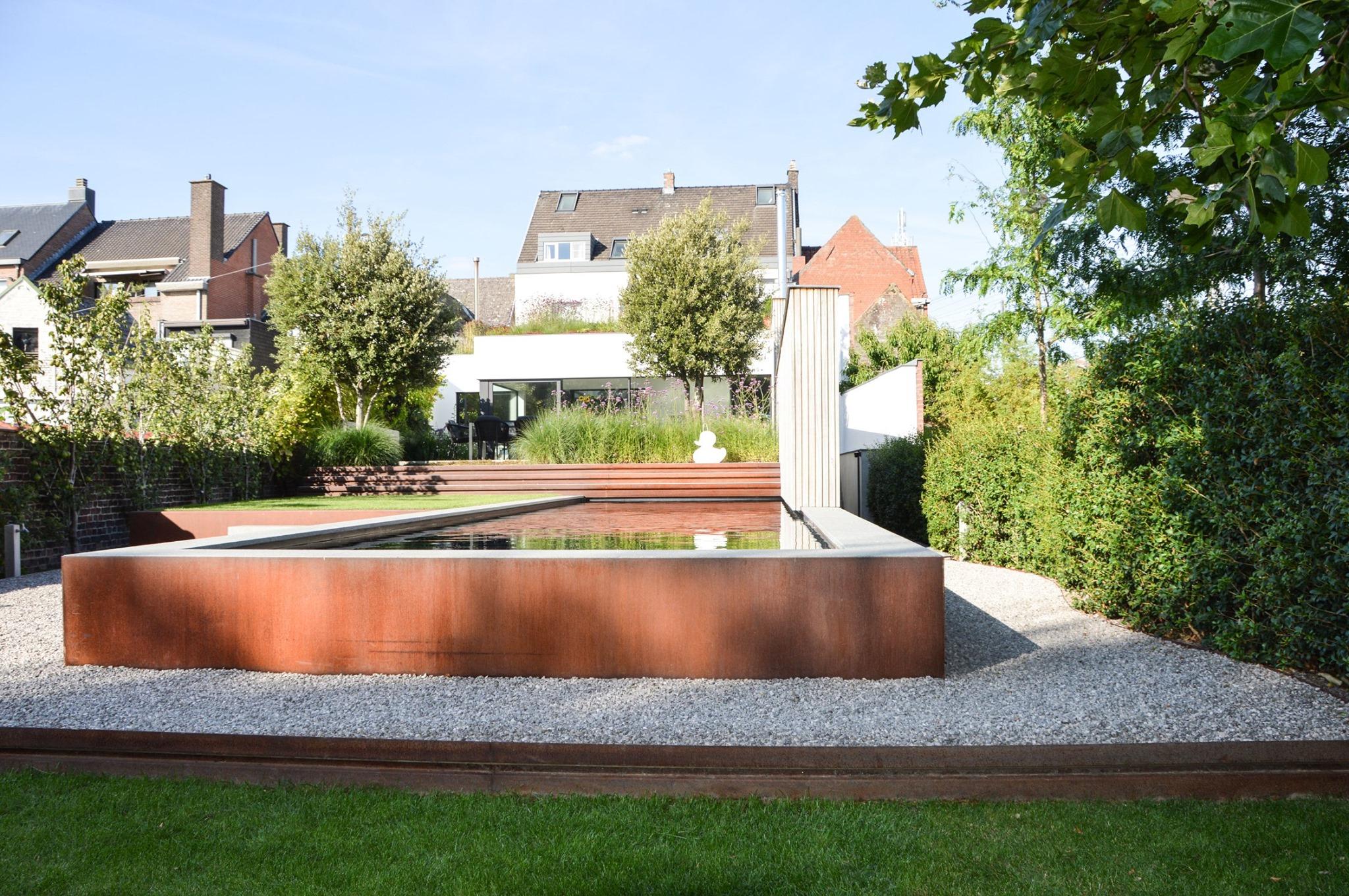 Moderne stadstuin met biozwembad